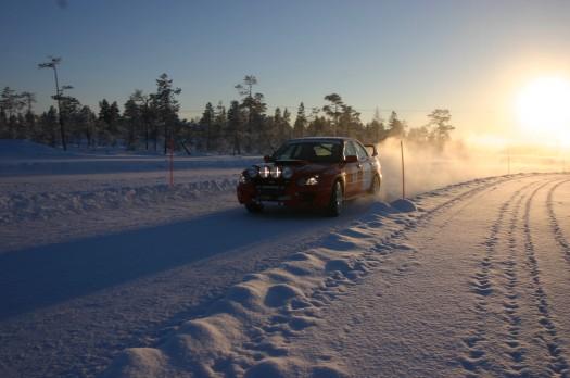 Course de voiture dans la neige